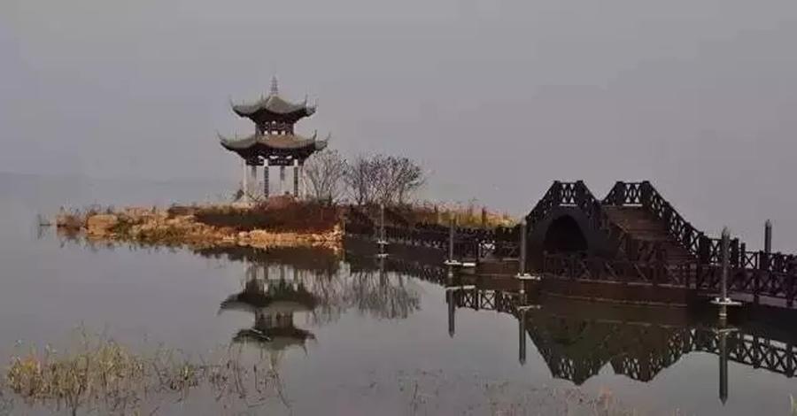 好消息!!! 近日,前方记者传来消息 常德柳叶湖国家级旅游度假区创建工程入选 湖南省2017年首批重点建设项目(第一批) 中的旅游、文化项目(全域旅游)名单 3月31日,湖南省发改委发布了2017年首批230个省级重点建设项目名单,总投资达2.9万亿元,今年计划投资4868亿元。其中,旅游文化项目共30个,分别为全域旅游18个,文化创意12个。常德柳叶湖国家级旅游度假区创建工程名列其中。   据了解 柳叶湖目前已具备创建国家级旅游度假区的基础条件 正全力创建国家级旅游度假区 力争成为在国内有高知名度 并